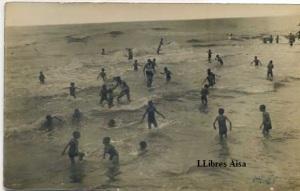 Mediterranéo 1928 un grapat de gent banyant-se en una platja suposadament el mediterrani. s/d  10 €