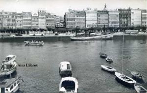 La Coruña 1054  Muelle y Avenida de la Marina . Ediciones Arribas Zaragoza  años 50?  5 €