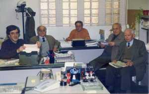 Manel Aisa con Ángel Longarón, Josep Guillamot, Antonio Turón y Fructuoso Garcés todos ellos fueron de las columnas confederales de julio de 1936, aquiu están okupando el despacho del director del CCCB años 90