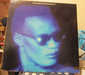 Grace Jones  Warm Leatherette ed. Island Records  London  1980,   22 €
