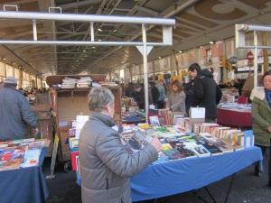 L' Olga montant la paradeta del diumenges al mercat amb el llibre de la Huelga de alquileres y el comité de defensa a la mà