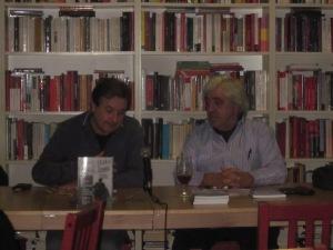 A la taula un membre de la PAH i Manel Aisa Presentan el Llibre de