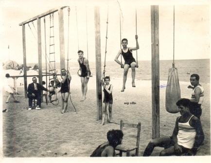273 FENT GIMNASIA  a la platja no deu ser massa lluny de barna anys 30