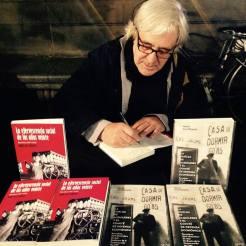 signant un llibre a Plaça Catalunya 29 de desembre de 2016